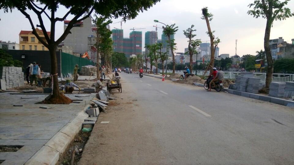 Vìa hè được lát đá xanh tại 349 Vũ Tông Phan - chung cư giá rẻ