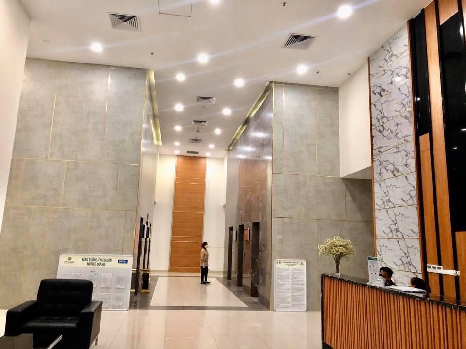 Sảnh cư dân với 6 thang máy Hitachi tốc độ cao mỗi block chung cư sang trọng
