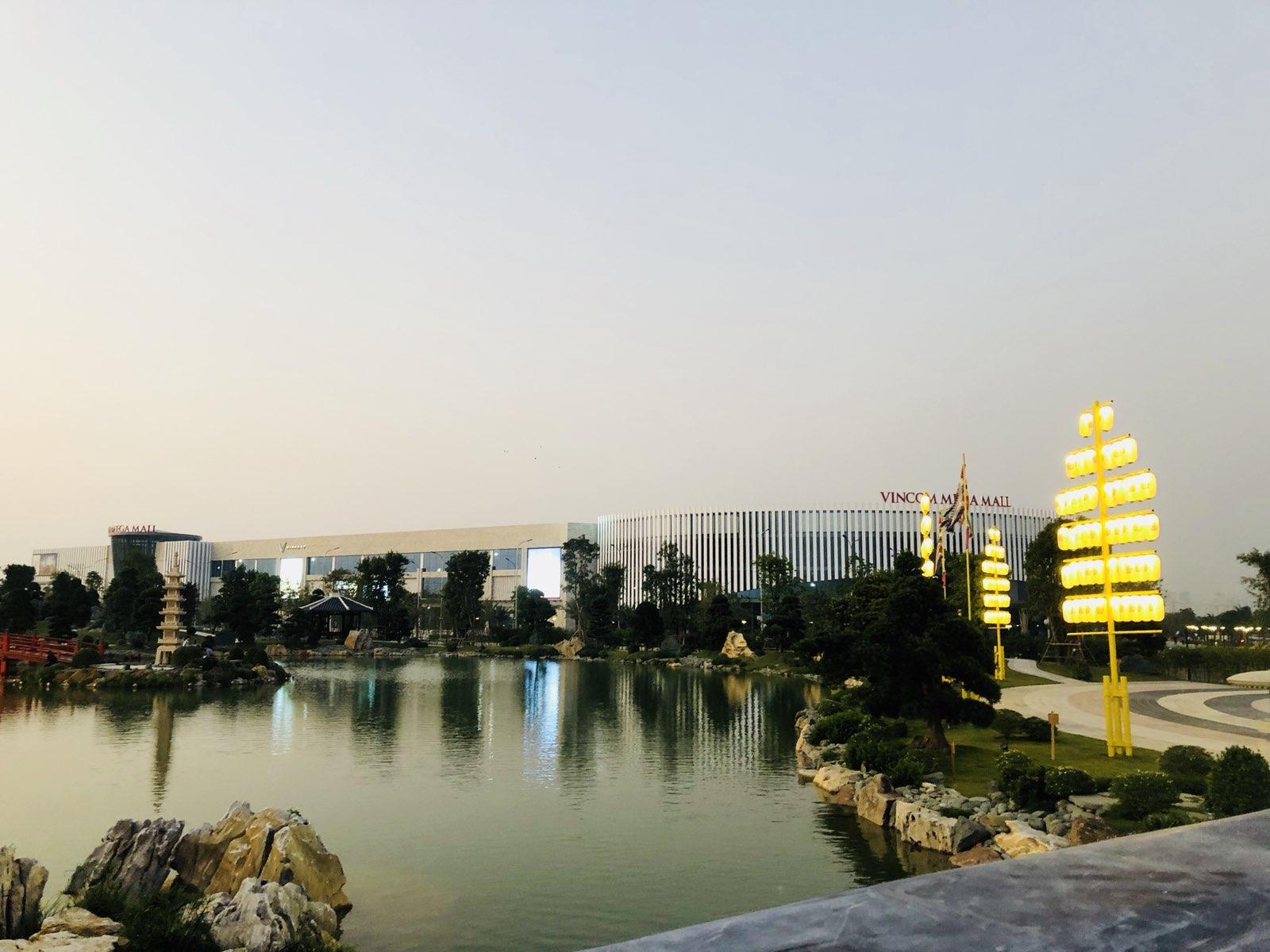 Hồ cá Koi tại Vườn Nhật - Dự án Vinhomes Smart City - đối diện là Vincom Mega Mall