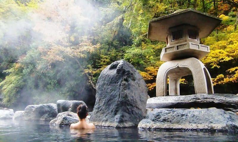 Tắm suối khoáng nóng Onsen có xuất xứ từ Nhật Bản với liệu pháp chăm sóc sức khỏe hoàn hảo